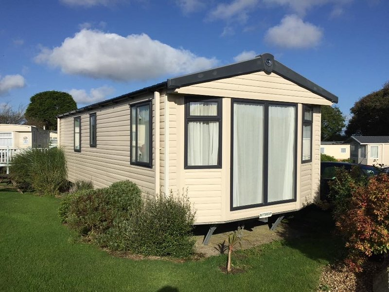 Buttercup, modern static within Lanyon Holiday Park close to Cornish coast, vacation rental in Mount Hawke
