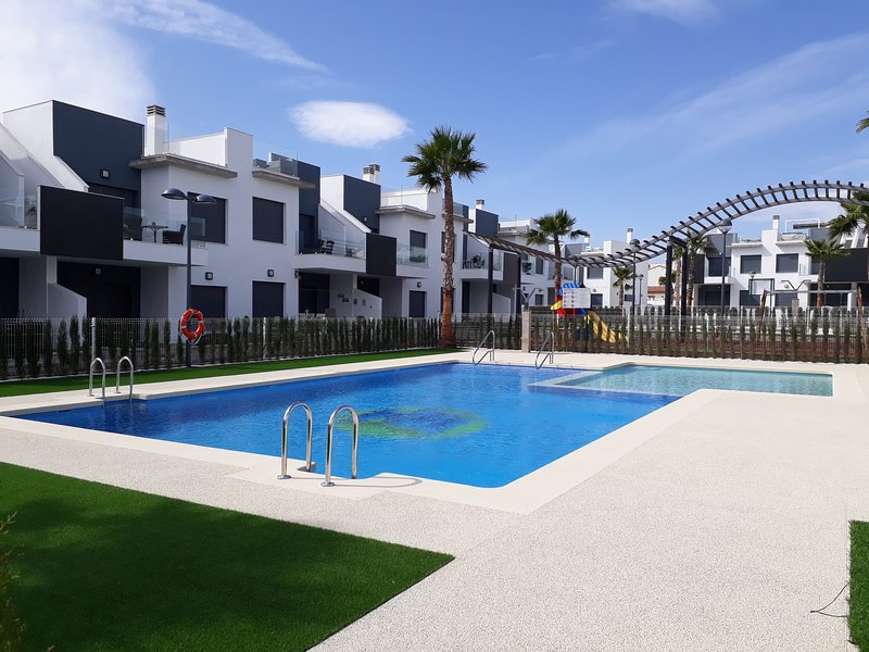 2 Bed, 2 Bathroom + Solarium 1st Floor Apartment in Pilar de la Horadada, vacation rental in Mil Palmeras