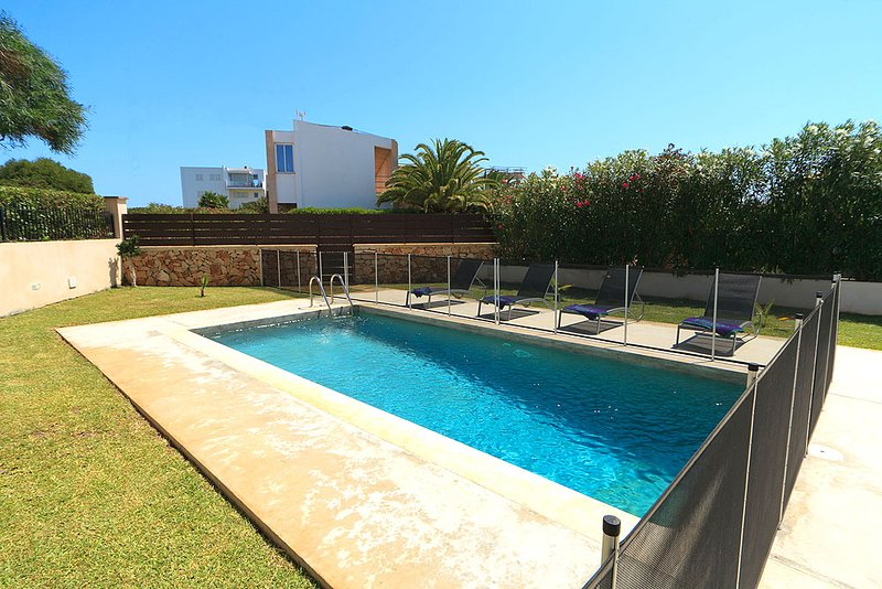 Portocolom Villa Sleeps 6 with Pool Air Con and WiFi - 5604691, holiday rental in Cala Marcal