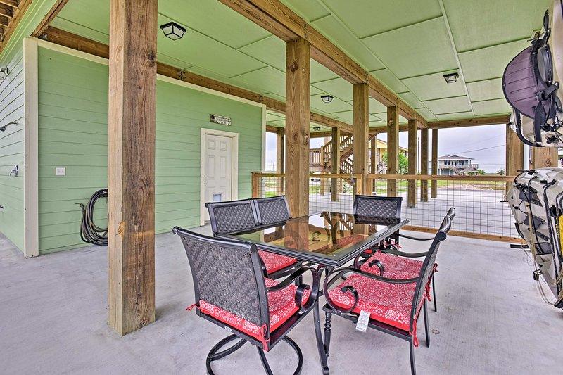 Godetevi il tempo all'aperto sotto questa casa pomposa, uno stile comune della zona.