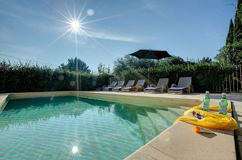 Caromb Villa Sleeps 6 with Pool and WiFi - 5604796, holiday rental in Saint-Hippolyte-le-Graveyron