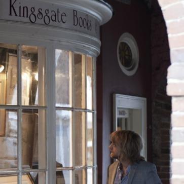Libros y kingsgate; Las impresiones se encuentra bajo el arco