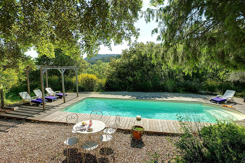 Le Barroux Villa Sleeps 8 with Pool and WiFi - 5604791, holiday rental in Saint-Hippolyte-le-Graveyron