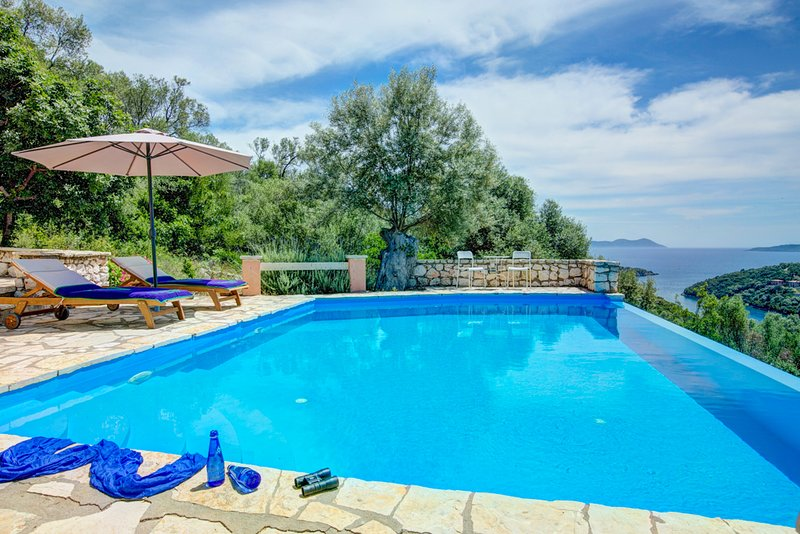 Syvota Villa Sleeps 6 with Pool Air Con and WiFi - 5604919, holiday rental in Fterno