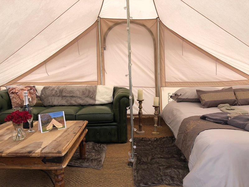 Perfecto para los románticos, Helyg es un refugio cómodo para dos personas con cama de matrimonio y sofá de cuero