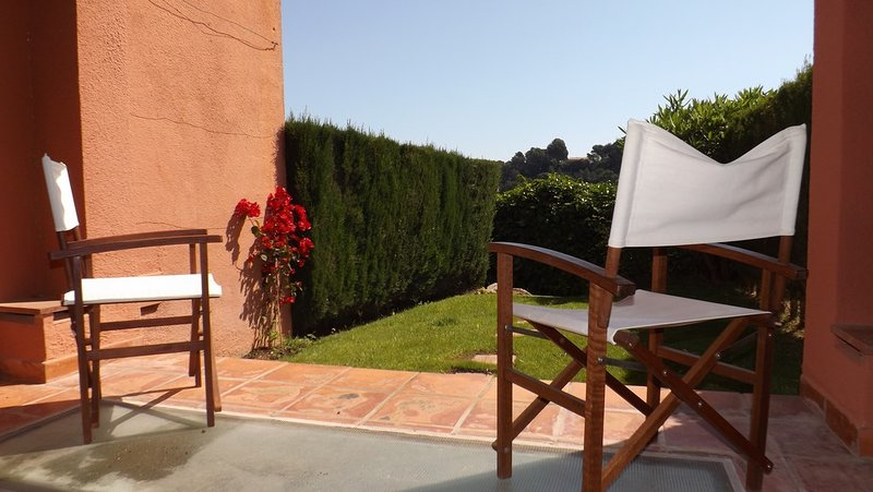 Four bedrooms terraced house with sea view. Community Garden and pool. Located 800 m. from the beach