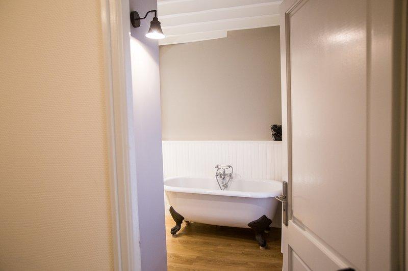 Bathroom 1 (with claw bath)