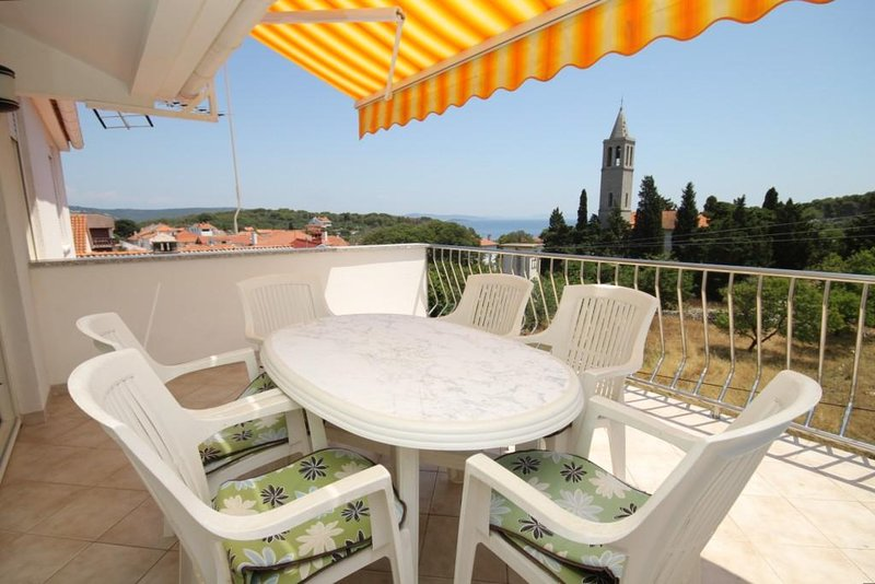 Bozava Apartment Sleeps 4 with Air Con - 5467907, alquiler de vacaciones en Bozava