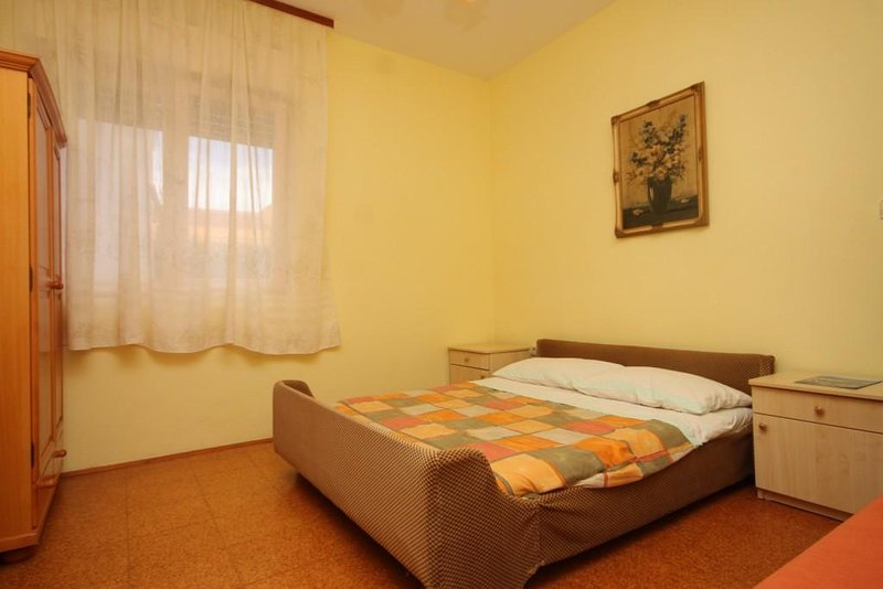 Bozava Apartment Sleeps 3 with Air Con - 5467908, alquiler de vacaciones en Bozava