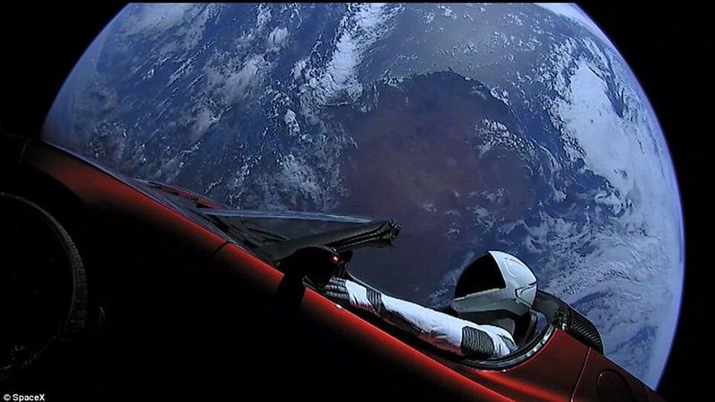 El Tesla SUV que circunda la Tierra después de haber sido lanzado desde el Centro Espacial
