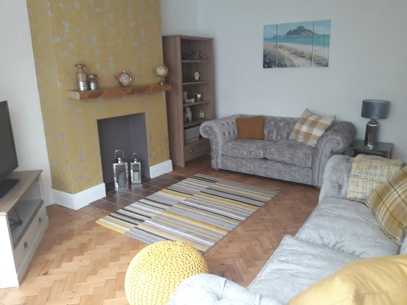 PORTH COTTAGE, PORTHCAWL, HOT TUB/LAZY SPA, location de vacances à Ogmore-by-Sea