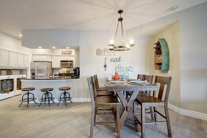 mesa de comedor para 6, 3 taburetes y una completamente equipada cocina-todas con vista al lago!
