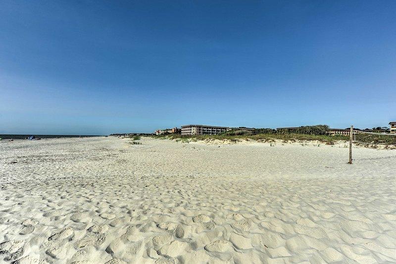 Toma el sol en la playa de Hilton Head Island y juega al voleibol de arena.