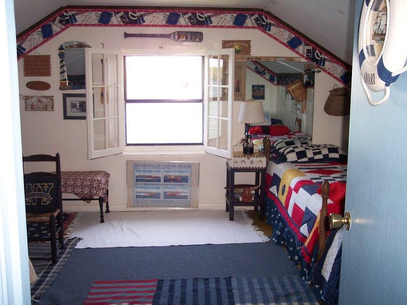 Quarto de visitas. 2 º andar. 3 camas individuais. 1/2 banho no 2º andar.