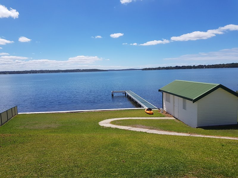 Lake Macquarie absolute waterfront available for holiday rental, holiday rental in Morisset