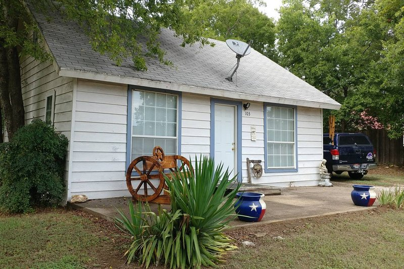 Cute little house20 mins to Fort Worth, 2 bedroom, sleeps 5! dogs welcome!, vacation rental in Godley