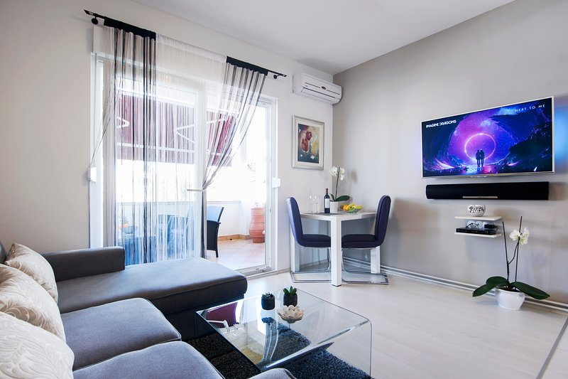 Modern & Clean Apartment with Loggia and Parking, holiday rental in Zadar
