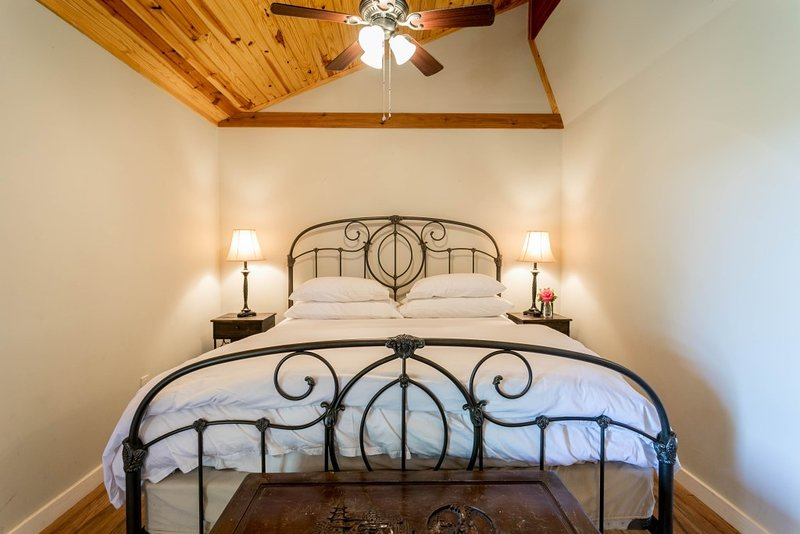 Alamo Springs The Country Cabin, holiday rental in Fredericksburg