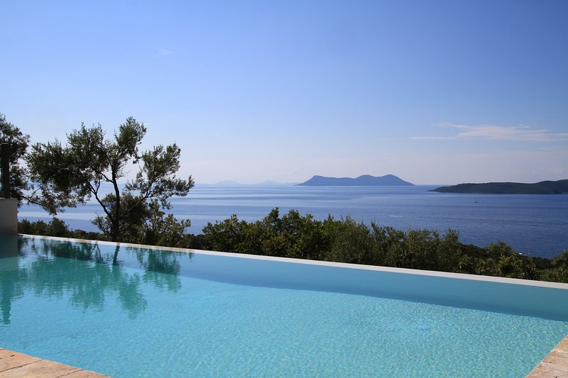Villa Nisi luxurius cotemporary with stunning sea view and infinity pool, holiday rental in Evgiros