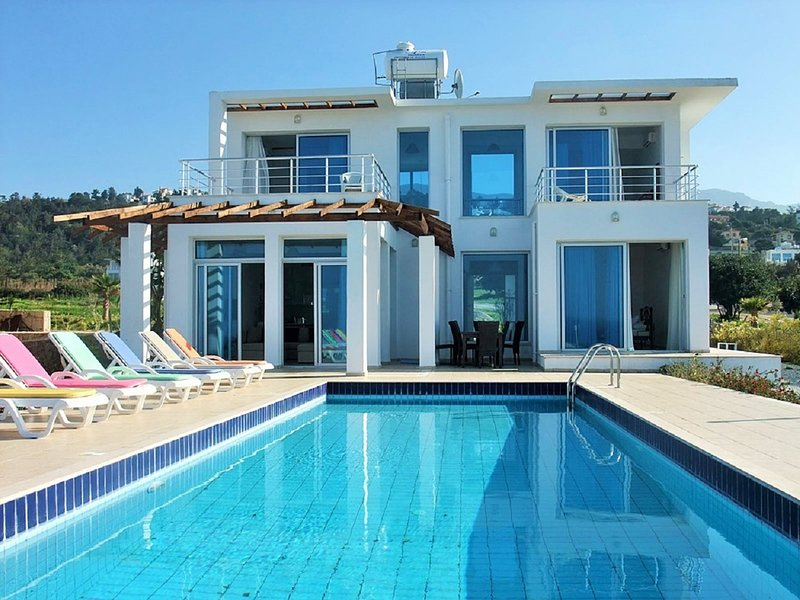 Detached Villa, Private Heated Pool, Outstanding Sea views, Sleeps 6, Free Wifi, casa vacanza a Ayios Amvrosios