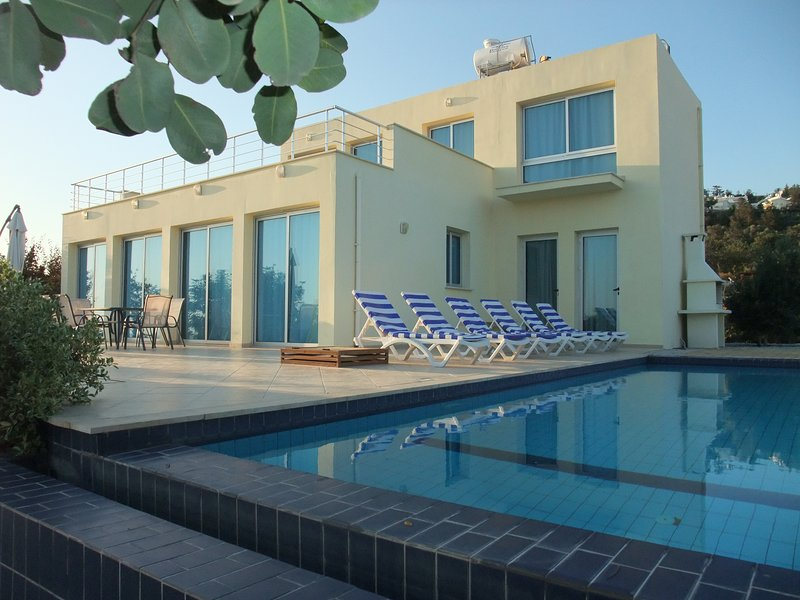 Sunny villa, a perfect spacious villa with Private Pool, Wifi Ac in all rooms, holiday rental in Alevkaya