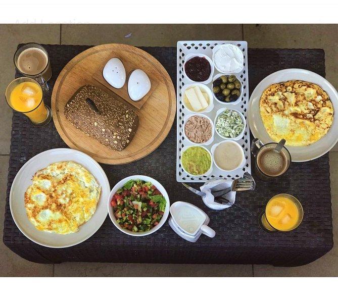 pequeno-almoço israelita podem ser encomendados pelo pedido.