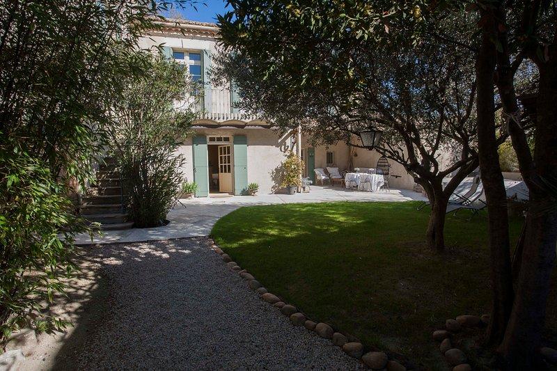 Maison Provençale du 18ème siècle de 160M2 jardin de 350M2, bassin-spa, vacation rental in Aramon