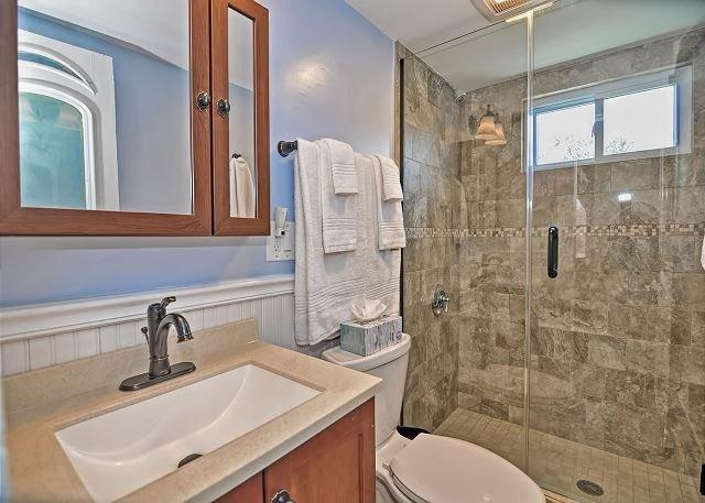 2 ° piso cuarto de baño completo con ducha ras de suelo.