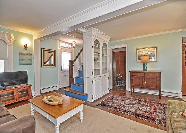 Una escalera de color azul conduce al segundo piso de la sala de estar.