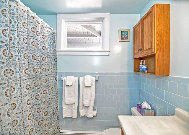baño completo fuera de la habitación individual.