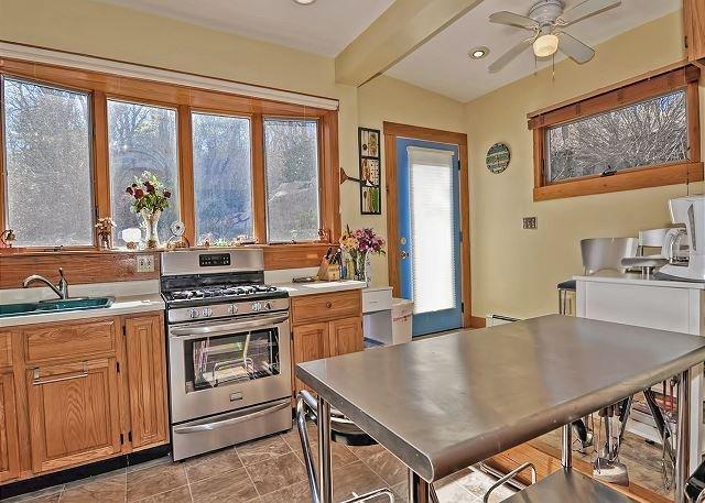 A cozinha contém uma mesa de jantar de alta-top com capacidade bar.