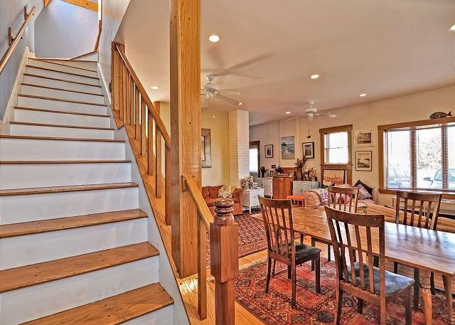 As escadas para os quartos do segundo andar.