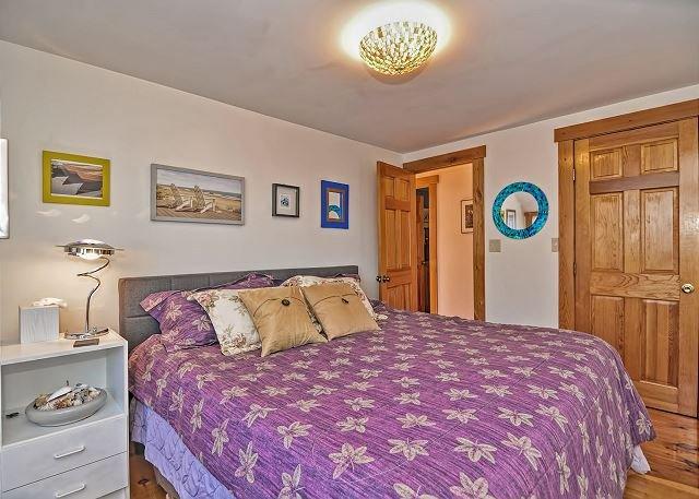 Quarto 2: Sunny canto King bedroom.