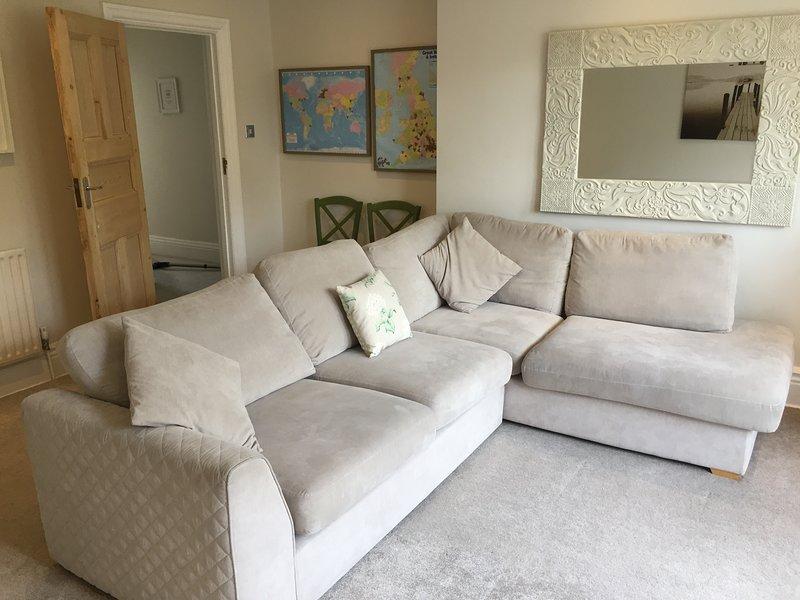 Gran sofá en forma de L que se convierte en una cama