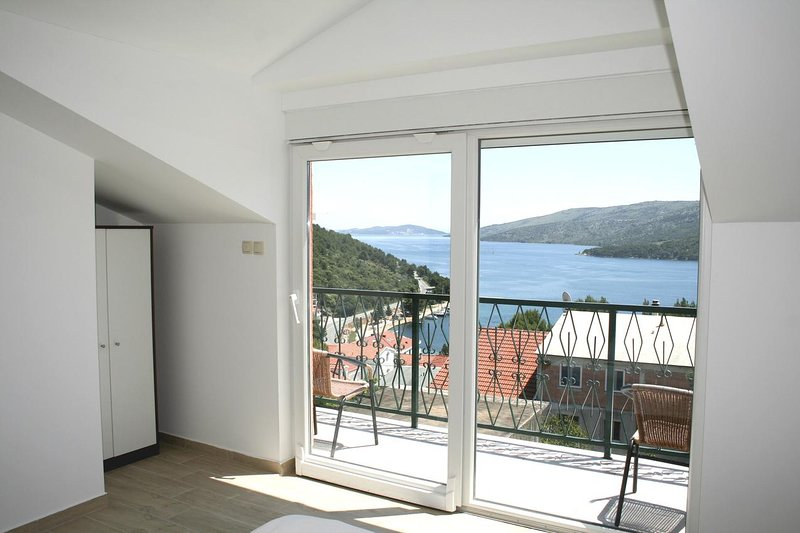 Vinisce Apartment Sleeps 4 with Air Con - 5470697, holiday rental in Gustirna