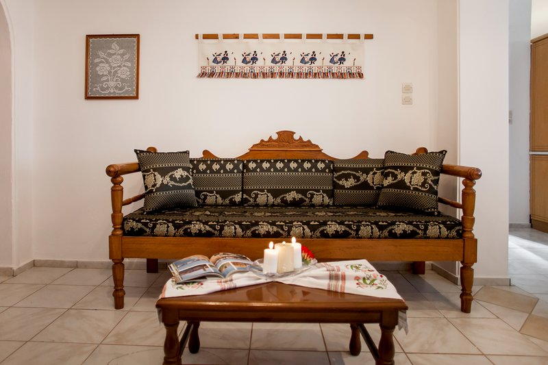 Lovely 2-bedroom cottage at the edge of Patsos, near the gorge, with nice views., holiday rental in Meronas