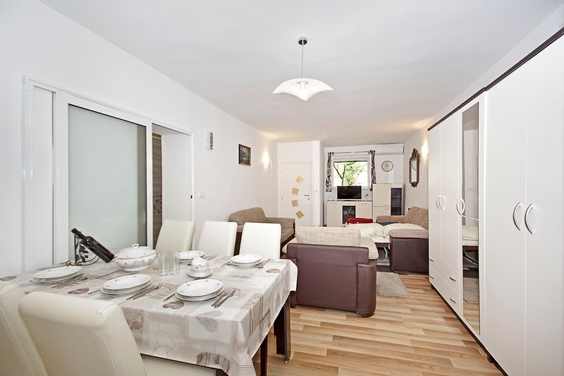 Makarska centre - Beautiful new studio apartment, alquiler vacacional en Makarska