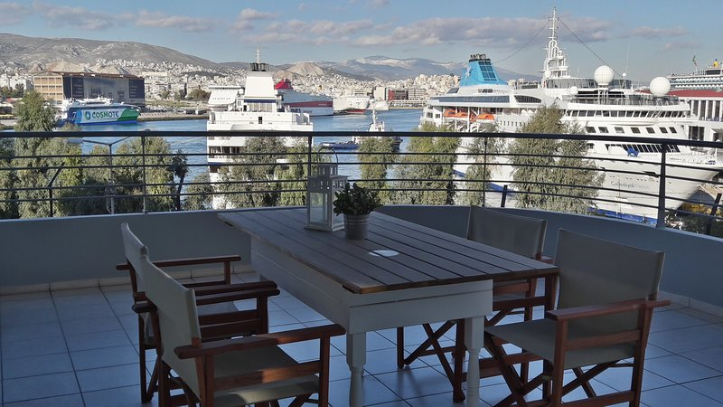 Chic style 2 bedroom apartment in Piraeus, great cruise port views, location de vacances à Piraeus