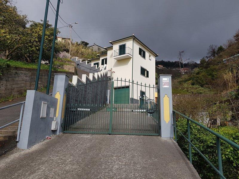 Spacious house with sea view & Wifi, holiday rental in Estreito de Camara de Lobos