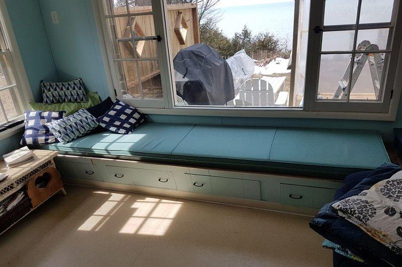asiento de la ventana de gran tamaño, la vista del lago Huron, cubierta en la parte trasera con barbacoa y sillas