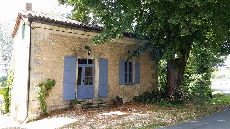 Relax at La Petite Maison Gite in the Dordogne, holiday rental in Champagne-et-Fontaine