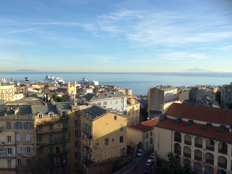 appartement 4 étoiles climatisé tout confort centre ville vue sur tout Bastia, casa vacanza a Ville-di-Pietrabugno