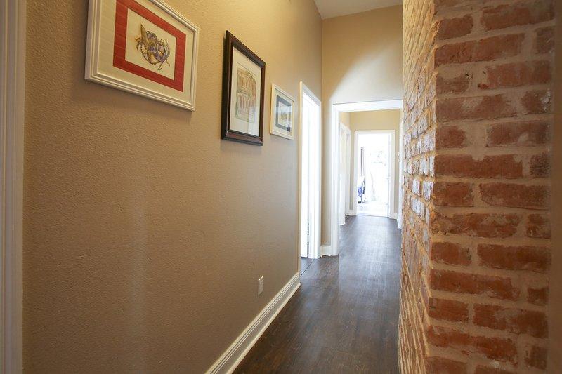 couloir à l'étage - briquetage restauré original. House propose sous forme d'œuvres d'art originales Dominic Sgro.