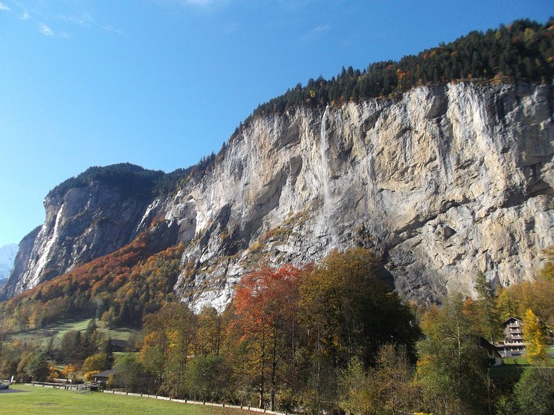 1BR 3*** amazing view opp.Staubbach Waterfall Noon Checkout Carport 24/7 Laundry, holiday rental in Lauterbrunnen