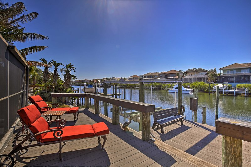 Tropical Apollo Beach House w/ Heated Pool & Dock!, holiday rental in Gibsonton
