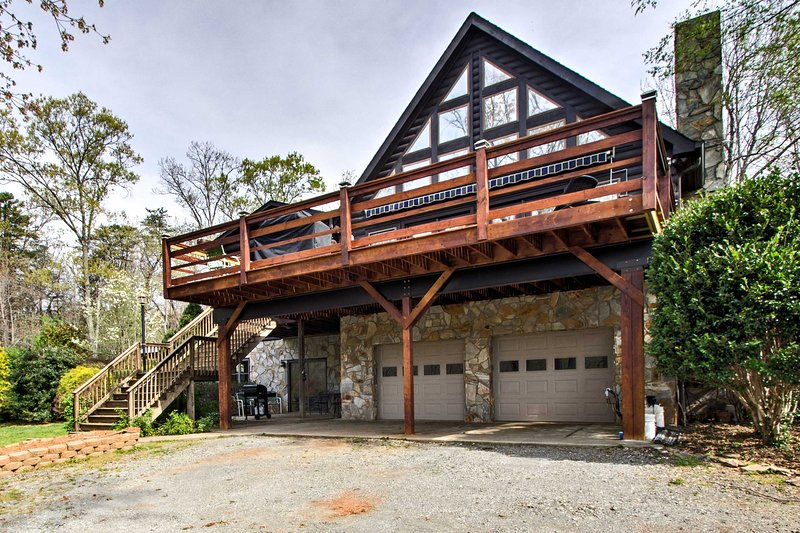 Welcome to this peaceful 2-bed, 1-bath vacation rental cabin in Tryon!