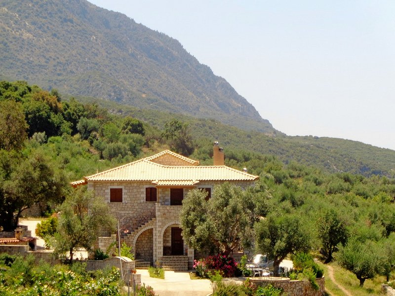 Menina Farm - Traditional stones country houses to rent, casa vacanza a Artemisia