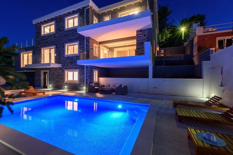 Villa Summer Breeze with Pool, alquiler de vacaciones en Arbanija