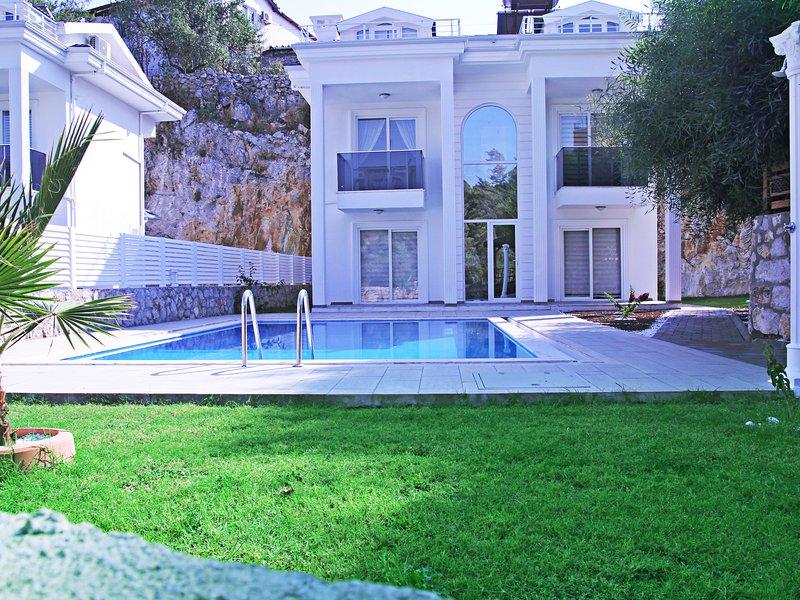 Zirkon Villa, 4 bedroom all en-suite in Hisaronu, vacation rental in Faralya