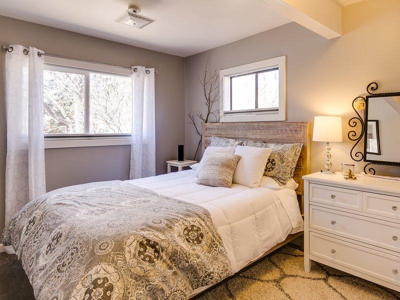 Mster bedroom  - Queen bed